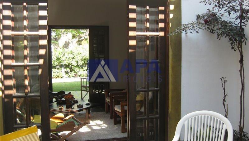 Casa PLinda_014 vista parcial do jardim interno sala e jardim1